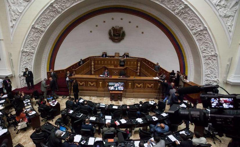 El congreso de Venezuela urge al Consejo Nacional Electoral a iniciar el trámite de referéndum revocatorio del mandato de Nicolás Maduro. (Archivo/Agencias)