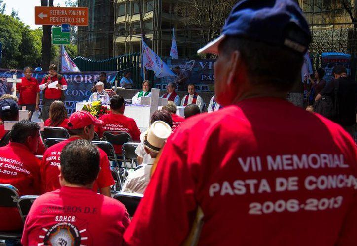 Familiares realizaron una marcha a la STPS en el aniversario de la tragedia. (Notimex)