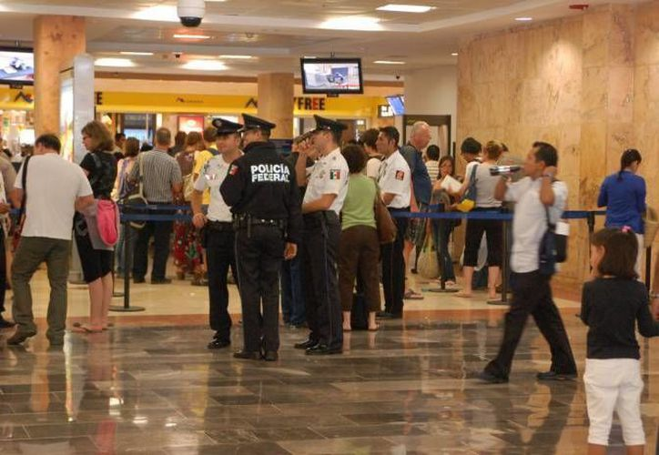 El turista fue detenido en la terminal dos del Aeropuerto Internacional de Cancún, tras un operativo desplegado por la Policía Federal en diferentes puntos del estado. (Sergio Orozco/SIPSE)