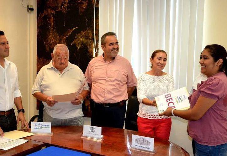 En lo que va de 2014 la Fundación Cozumel ha becado a 175 estudiantes.  (Irving Canul/SIPSE)