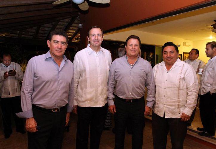 Empresarios y funcionarios durante la recepción ofrecida en Mérida al embajador de España. (César González/SIPSE)