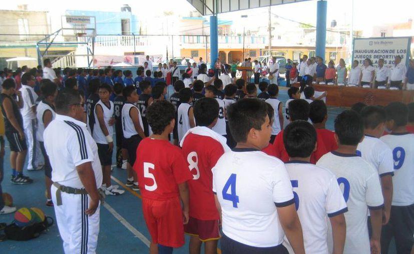 Pequeños deportistas de Isla Mujeres  y Lázaro Cárdenas buscan llegar a la fase estatal. (Lanrry Parra/SIPSE)