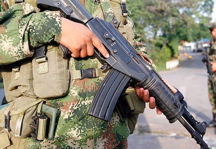 El presidente de Colombia, Juan Manuel Santos, anunció este sábado el cese de los bombardeos contra los campamentos de las FARC. La imagen es sólo de contexto. (actualidad.rt.com)