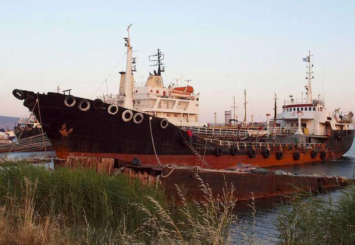 Fotografia del buque 'Noor One' interceptado por guardias griegos ayer con un cargamento de heroina, en la región de Elesfina, al oeste de Atenas, Grecia. (EFE)
