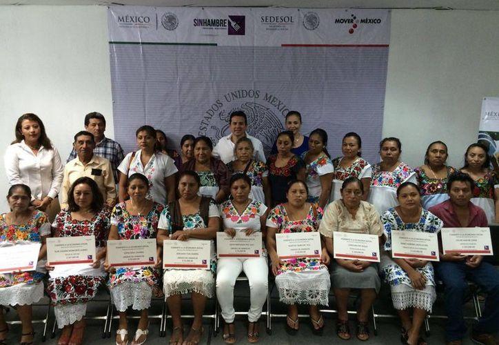 La Sedesol a través de su Programa Fomento a la Economía Social entregó recursos por un total de 1.3 millones de pesos a 11 proyectos familiares productivos. (Foto cortesía del Gobierno estatal)