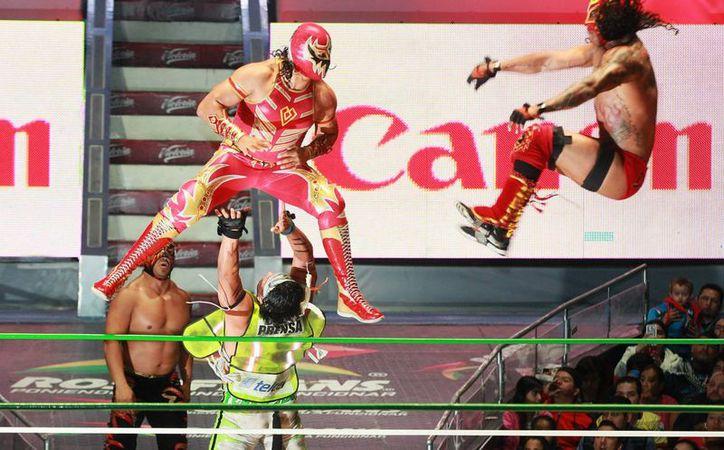Con peleadores y edecanes disfrazados se celebrará en la Arena México el Día de Muertos. (Notimex)