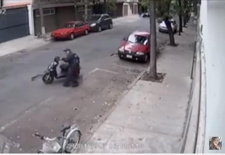 El agente explicó que dos personas viajaban en la moto y les indicó que se detuvieran pero estos no le hicieron caso. La situación fue grabada por una cámara. (Captura de video)