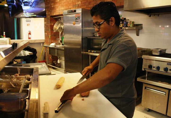 Los trabajadores que se dedica al manejo directo de alimentos deben gestionar la tarjeta de salud. (Octavio Martínez/SIPSE)