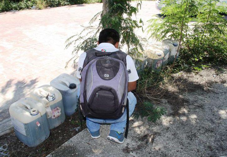 Este jueves fueron hallados en un predio abandonado nueve bidones llenos de aceite quemado. (Octavio Martínez/SIPSE)