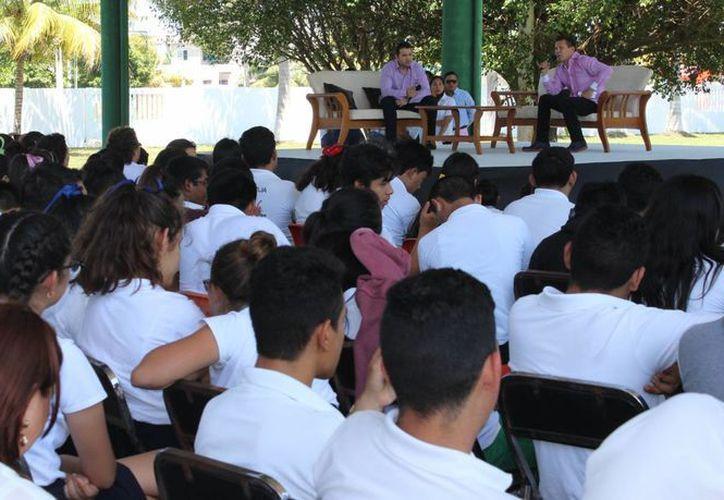 El boxeador mexicano recomendó a los jóvenes, no dejar de trabajar, no renunciar a sus sueños y, sobre todo, mantenerse al margen de los vicios. (Crédito Reportero/SIPSE)
