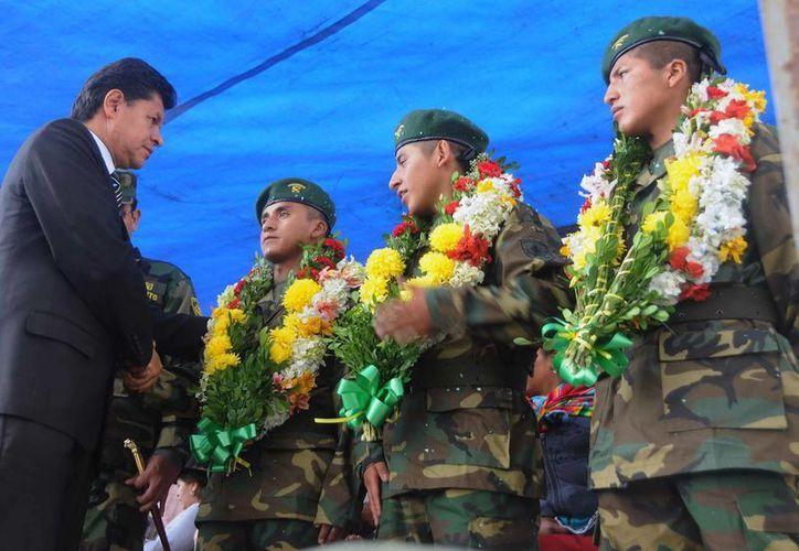 El ministro de Defensa, Rubén Saavedra, saluda a los militares a su llegada al aeropuerto de Oruro, Bolivia. (EFE)