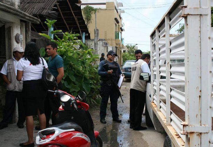 Las autoridades arribaron a la vivienda para la notificación. (Rossy López/SIPSE)