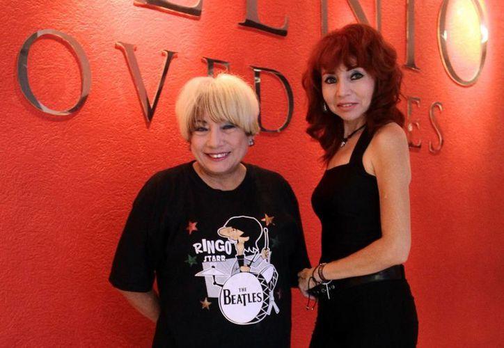 Yanina, quien ejerce como socióloga, y Rachel, la psicóloga, son las dos hermanas que forman un dueto que cantará este viernes por la noche en dos sitios música de Los Beatles. (SIPSE)