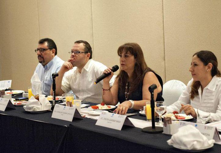 Ericka Garibay Nael (con el micrófono),  jefa de Vinculación del Consejo de Ciencia, Innovación y Tecnología del Estado de Yucatán. (SIPSE)