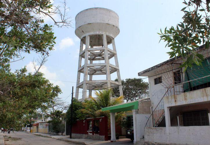 La antigua torre de agua potable representa un gran riesgo para los habitantes de Chicxulub Puerto.  (Milenio Novedades)