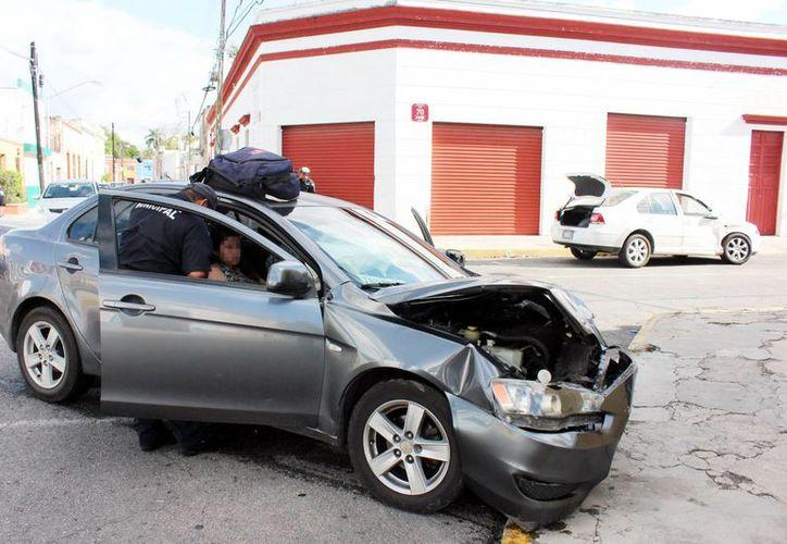 El auto chocado quedó muy dañado y los pasajeros no pudieron salir debido a las heridas provocadas por el golpe.  (Milenio Novedades)