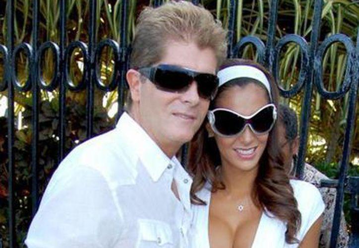 """Tras siete años de matrimonio, """"El Bombón Asesino"""" se divorcia del empresario. (entretenimiento.univision.com)"""
