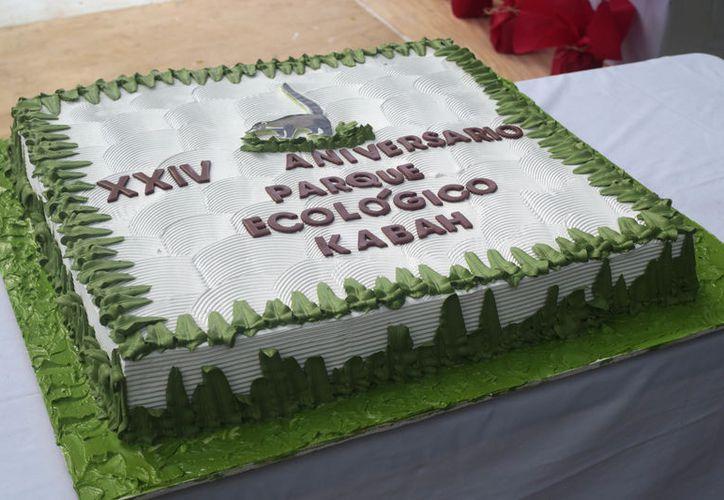 Disfrutaron los presentes de pastel por el aniversario del Parque Kabah. (Cortesía)