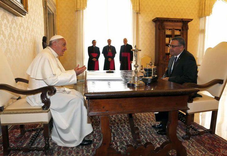 El papa Francisco conversa con el presidente de El Salvador, Mauricio Funes, durante su encuentro en la biblioteca privada del Pontífice en el Vaticano. (EFE)