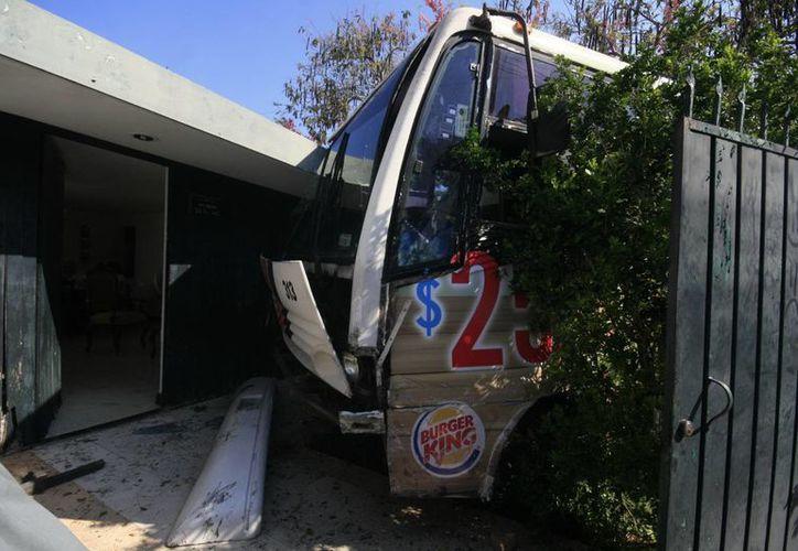 El minibús, luego de chocar con el Chevy, se metió a un predio. (SIPSE)