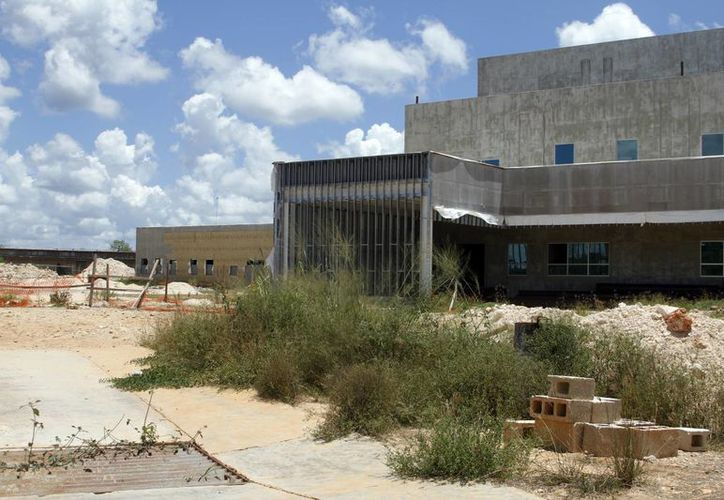 Hasta 2007 el Hospital de Tekax tenía un 63 % de avance, mientras que para octubre de 2014 el de Ticul iba al 42 %.  (SIPSE)