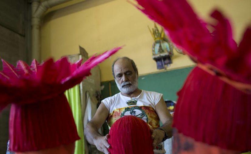 Un hombre prepara disfraces de Carnaval para la escuela de samba Imperatriz Leopoldinense, en Río de Janeiro, Brasil. (AP/Silvia Izquierdo)
