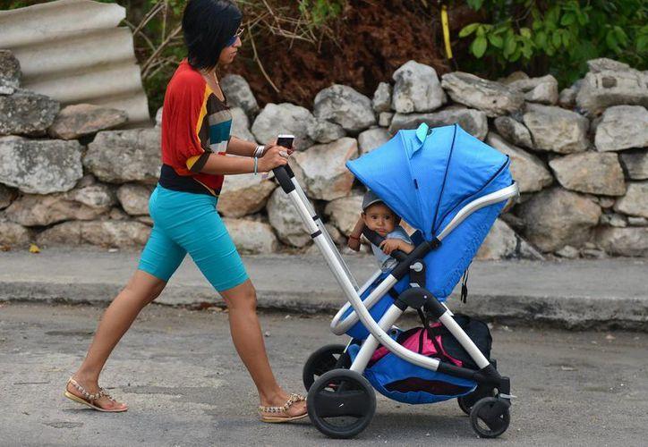 Las mamás de hoy en día tienen un rol muy diferente al de las que ahora son abuelas. (Luis Pérez/SIPSE)