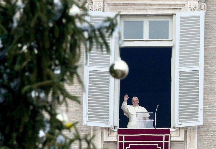 El Papa deseó a los presentes en la Plaza de San Pedro una 'Navidad de esperanza y hermandad'. (EFE)