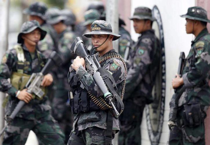 Fuerzas gubernamentales patrullan Zamboanga, en el sur de las Filipinas. Los rebeldes cada vez cuentan con menos rehenes. (EFE)