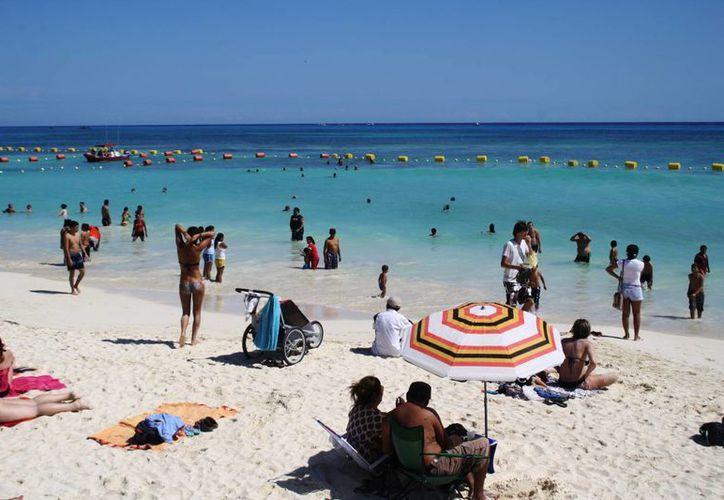 Durante este domingo alrededor de 5 mil personas disfrutaron de la costa de Playa del Carmen. (Octavio Martínez/SIPSE)