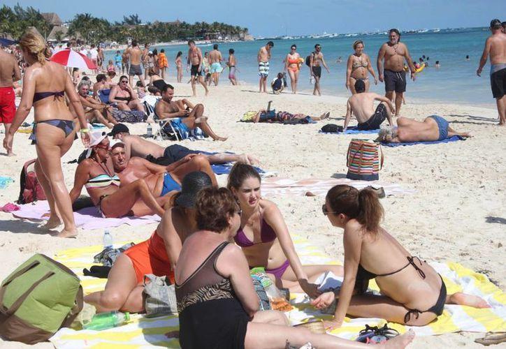 La costa de Playa del Carmen lució llena de turistas este domingo. (Daniel Pacheco/SIPSE)