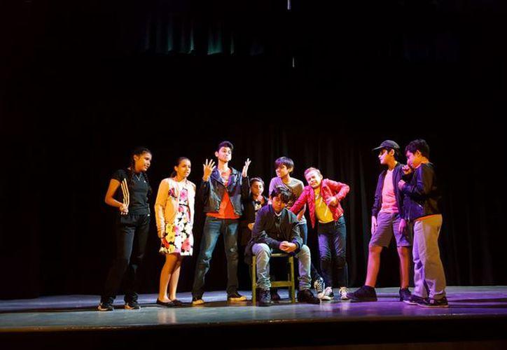 Los chicos de Camaleones Teatro ensayan dos horas tres veces por semana. (Joselyn Díaz/ SIPSE)