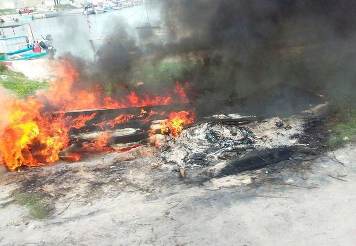 Manifestantes quemaron lanchas en Telchac Puerto, durante una protesta por la construcción de una marina en el puerto de abrigo. (SIPSE)