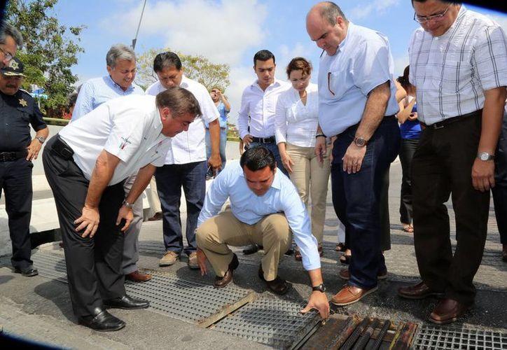 El alcalde Renán Barrera realizó un recorrido para supervisar el estado del paso deprimido. (SIPSE)