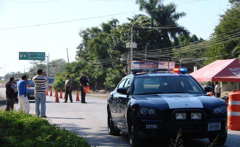 El operativo tiene como fin garantizar la seguridad a todos los viajeros y vigilar el tránsito. (Manuel Salazar/SIPSE)