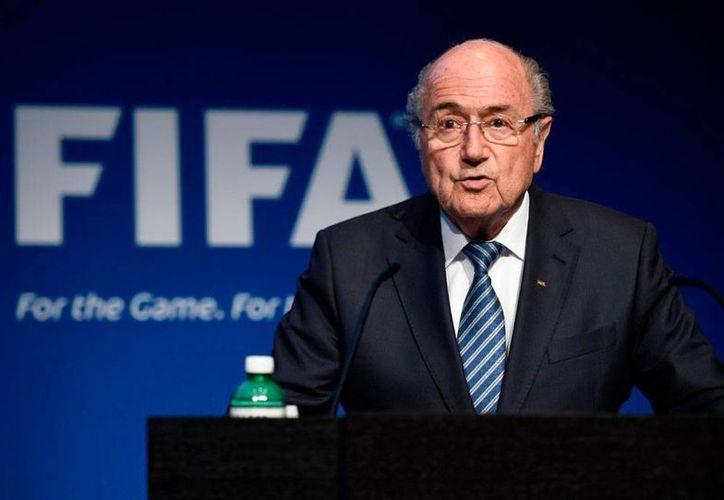 En conferencia de prensa, el presidente de la Federación Internacional de Futbol Asociación (FIFA), Joseph Blatter, anunció su renuncia a la presidencia, y convocó a elecciones. (AP)
