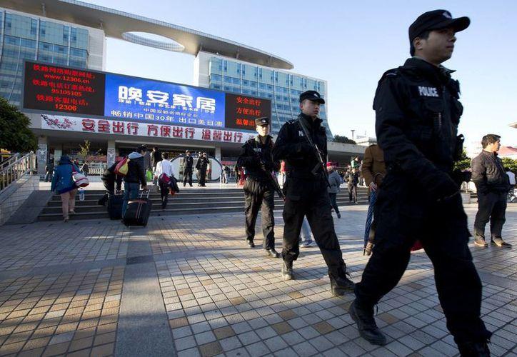 Movilización policiaca a las afueras de la estación ferroviaria de Kunming, donde el fin de semana se produjo un atentado terrorista con cuchillos. (Agencias)