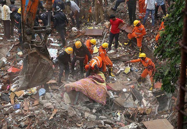 Al menos 12 personas murieron al derrumbarse un edificio en la ciudad de Bombay. (AP).