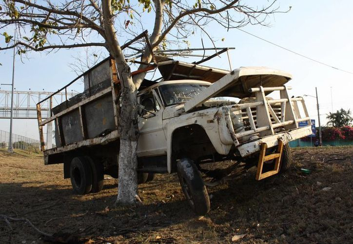 El volquete se estrelló contra un árbol a la altura de la vía que lleva a Cancún. (Martín González/SIPSE)