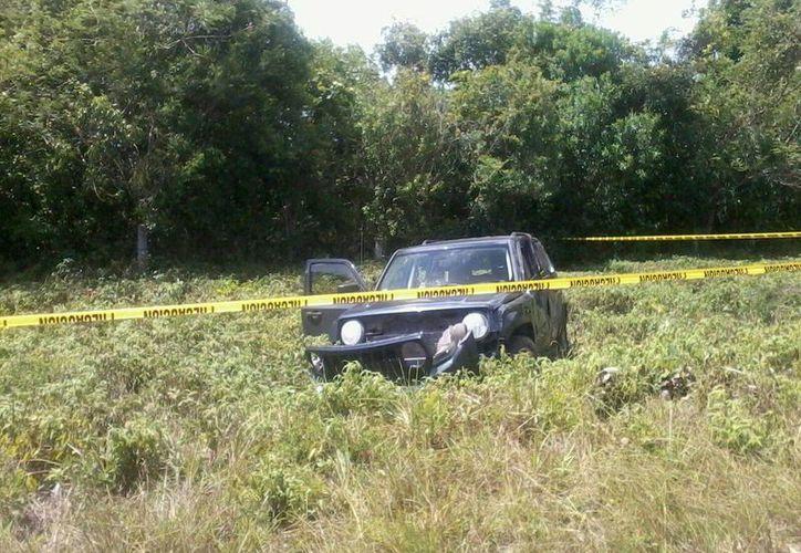 El vehículo quedó entre la maleza y fue trasladado al corralón. (Redacción/SIPSE)