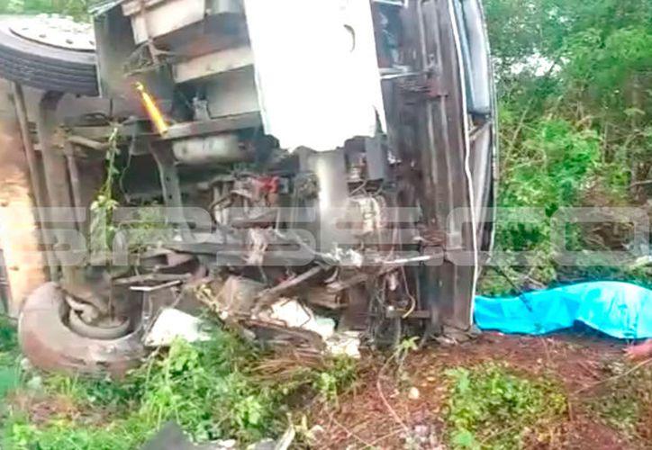 El autobús de una empresa conocida empresa avícola se volcó este lunes por la mañana: el saldo fue de un muerto y siete heridos. (SIPSE)