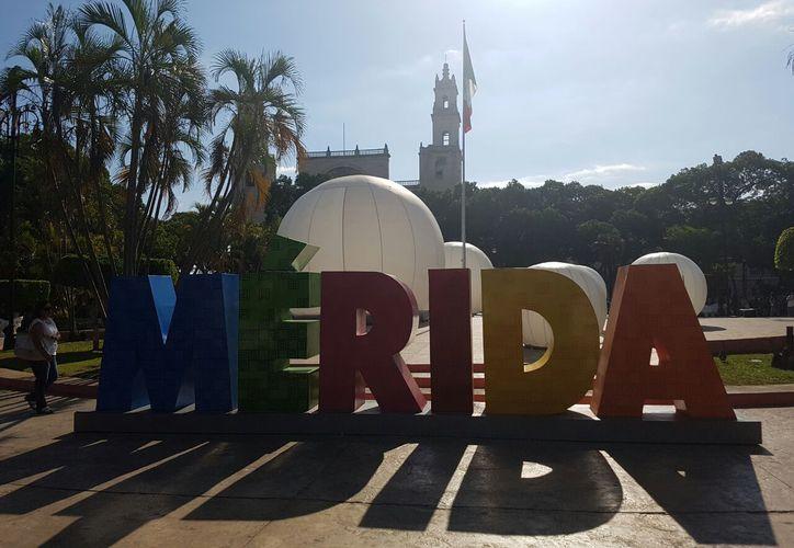 """""""Esferas"""" gigantes de aire se instalaron esta mañana en la Plaza Grande, en Mérida, como parte del espectáculo de luces del Filux 2017. (Cristian Cuxín/SIPSE)"""