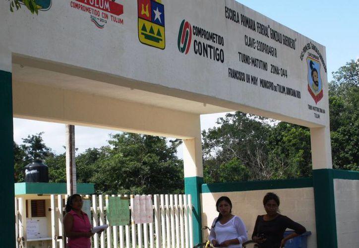 El director de la primaria Gonzalo Guerrero fue acusado por maltratar al Comité de Padres de Familia. (Rossy López/SIPSE)