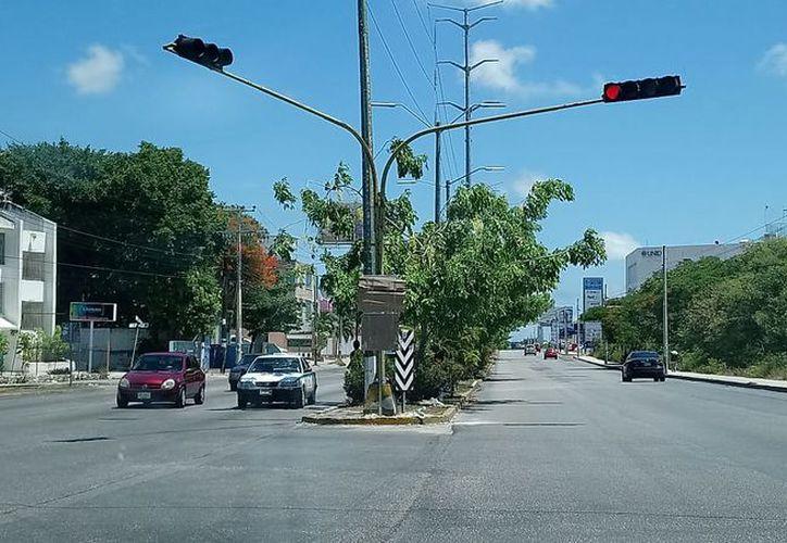 Con los pares viales, Tránsito ha dirigido el tráfico para evitar accidentes. (Eric Galindo/SIPSE)