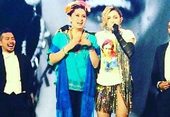 Madonna homenajeó a la pintora mexicana Frida Kahlo, durante su concierto en México, y subió al escenario a una fan ataviada como la artistas mexicana. (Twitter: @Madonna)