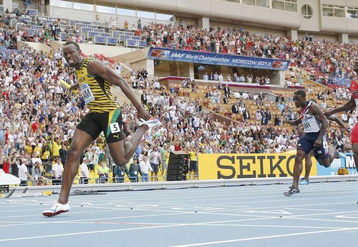Bolt (i) supera al estadounidense Justin Gatlin (d) en la línea de meta. (EFE)