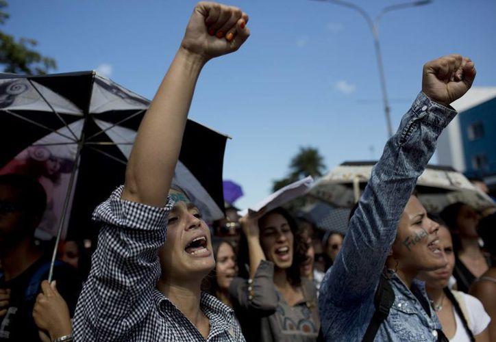 Estudiantes universitarios cantan consignas en honor al fallecido Fidel Castro en La Habana, Cuba. (AP/Rodrigo Abd)