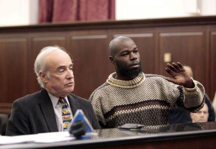 Naeem Davis, derecha, acusado del homicidio de un hombre al que empujó a las vías del metro de Nueva York, durante su comparecencia. (Agencias)