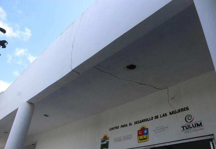 Ante las grietas en el edificio, las aulas, cocina y el Centro para el Desarrollo de las Mujeres fueron cerradas. (Foto: Sara Cauich/SIPSE)
