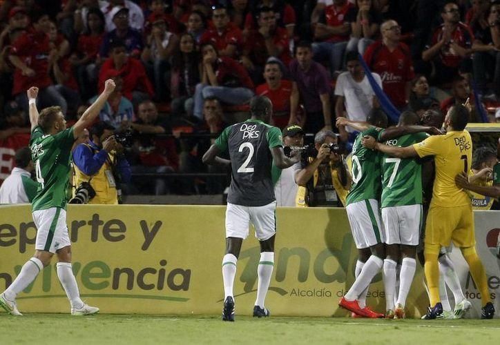 El futbol de Colombia se vistió de luto al término de la final de campeonato.En esta foto, jugadores de Deportivo Cali celebran un gol ante Independiente Medellín, en Medellín (EFE).